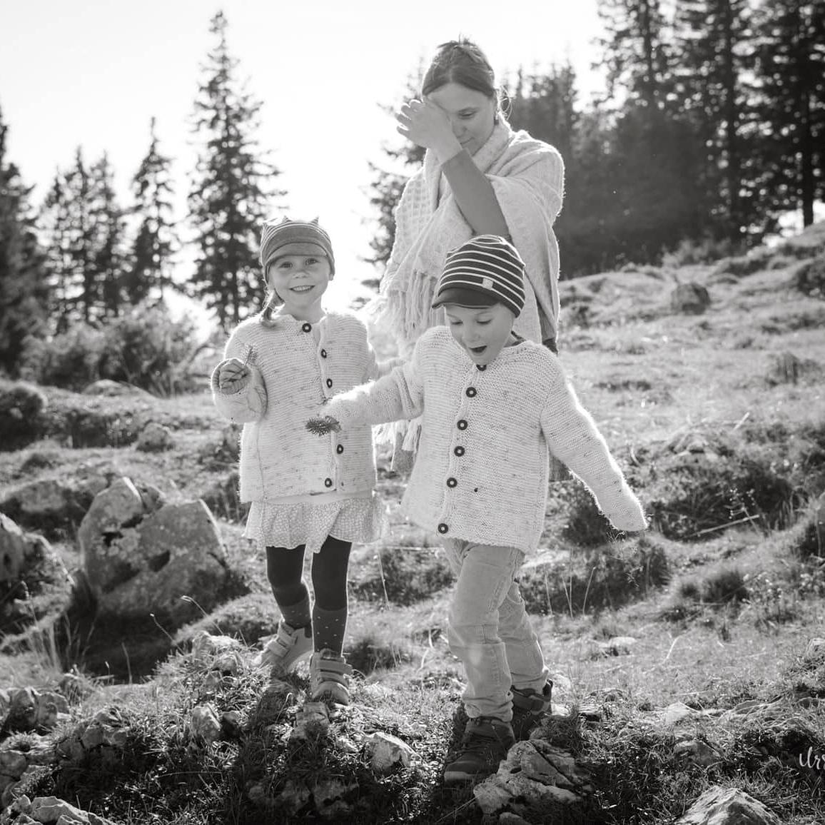 2 Kinder mit Mutter auf dem Schöckl - Bild in Schwarz-Weiß